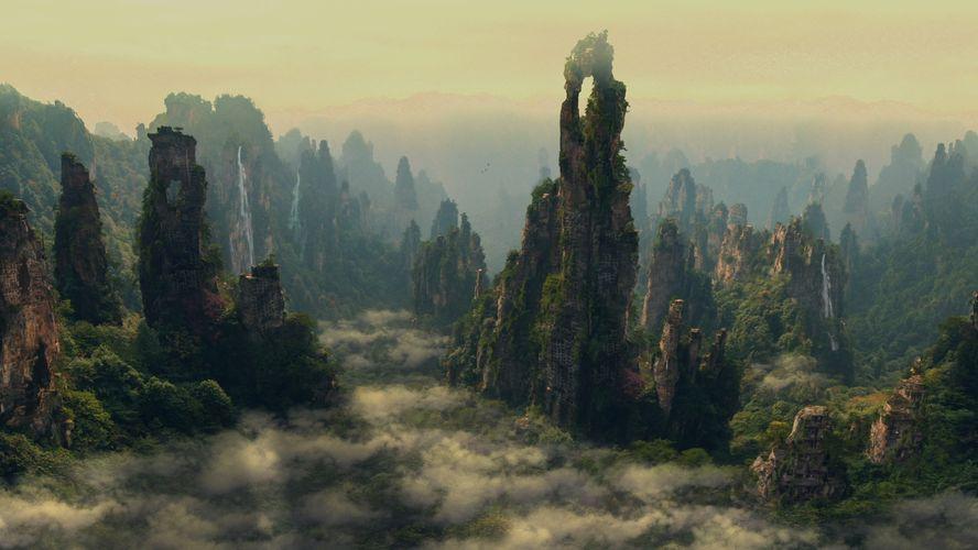 Nebelige Landschaft mit moosüberwucherten Bergen.