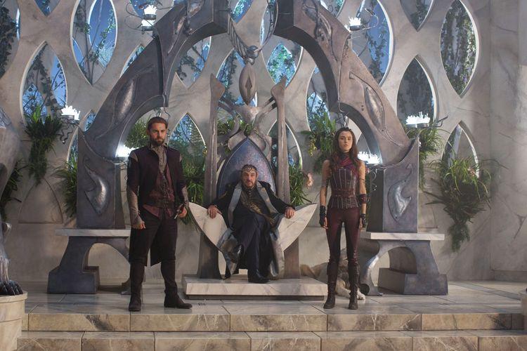 Szene aus Shannara Chronicles: Ein bärtiger Mann sitzt auf einem Thron, links und rechts neben ihm stehen ein Mann und eine Frau.