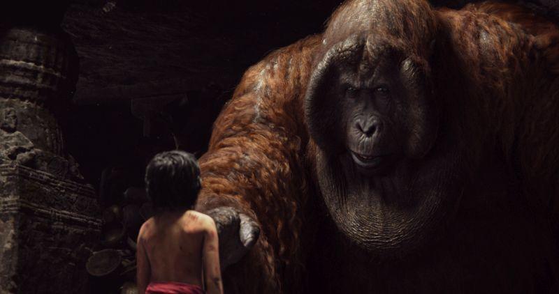 Ein Menschenjunge steht vor einem riesigen Affen.