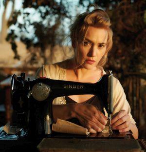 Eine Frau arbeitet an einer Nähmaschine.