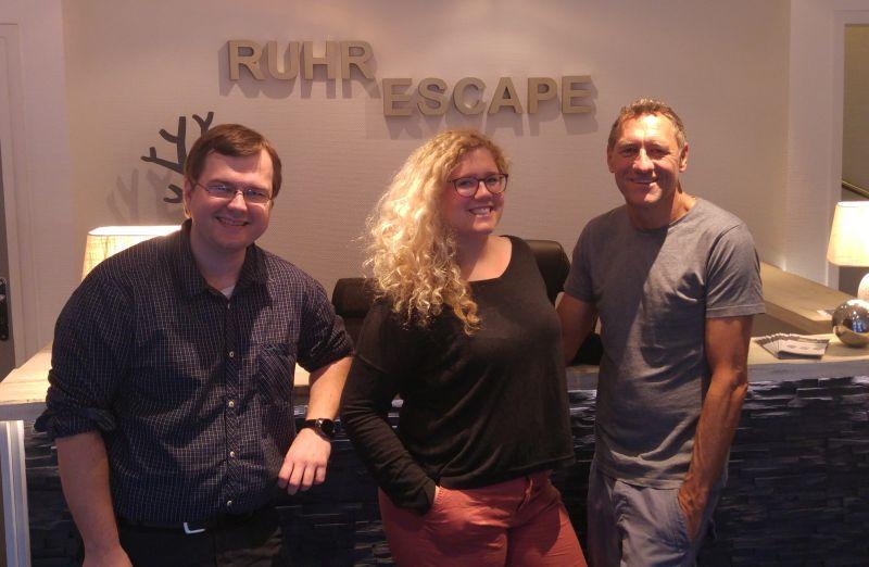 Zwei Männer und eine Frau vor dem Schriftzug Ruhr Escape