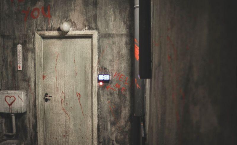 Eine schmuddelige Kellertür mit Blutspritzern.