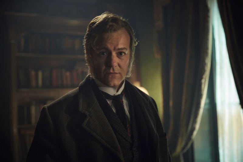 Ein Mann in viktorianischer Kleidung mit Koteletten.