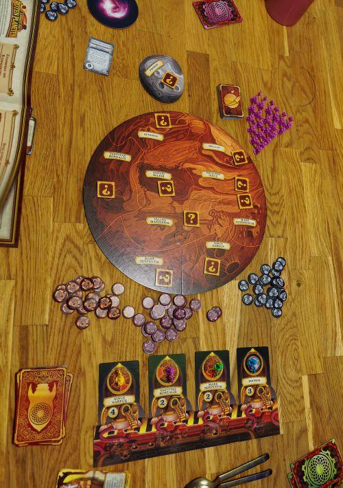 Spielmaterialien von Aufbruch zum Roten Planeten, ein rundes Spielbrett, zahlreiche Marker und Karten.