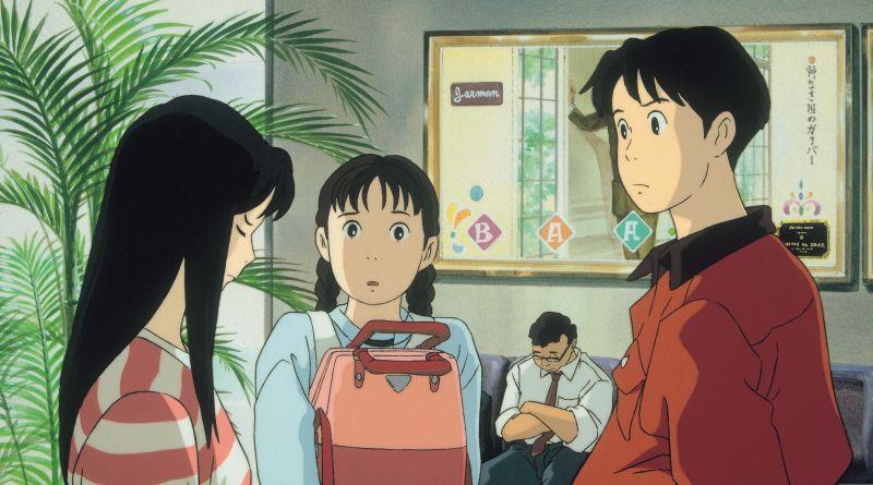 Szene aus Flüstern des Meeres (Ocean Waves): Ein junges Mädchen schaut betreten zu Boden, ein junger Mann und ein weiteres Mädchen schauen sie mit großen Augen an.