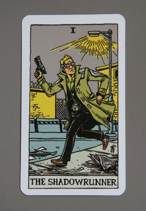 Taro-artige Karte mit einem Mann im Trenchcoat, Datenbrille und Pistole. Darunter der Schriftzug The Shadowrunner