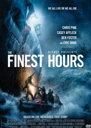 das cover von the finest hours zeigt männer beim besteigen eines rettungsbootes im sturm