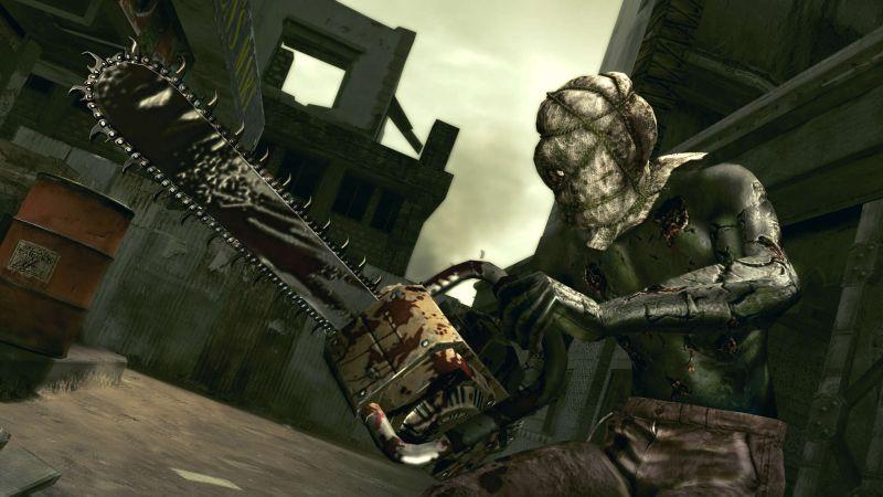 Szene aus Resident Eveil 5: Ein Zombie mit Kettensäge und einem Sack auf dem Kopf.