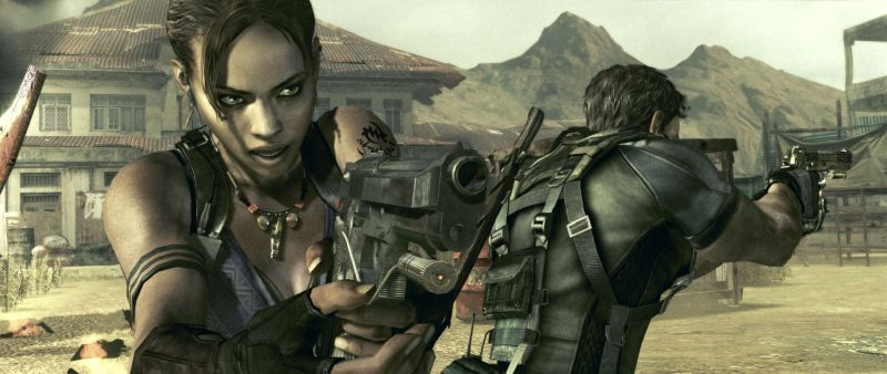 Szene aus Resident Evil 5: Eine schwarze Frau und ein weißer Mann stehen Rücken an Rücke mit erhobenen Pistolen in einer afrikanischen Stadt.