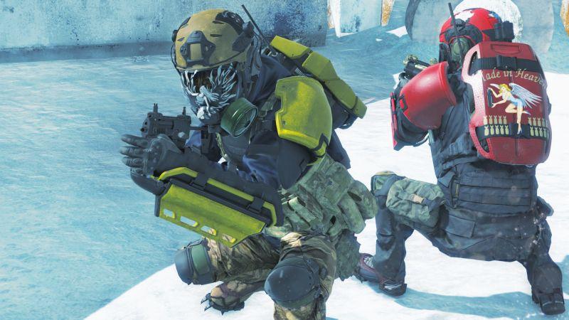 Zwei Personen in gelber beziehungsweise roter Kampfmontur.