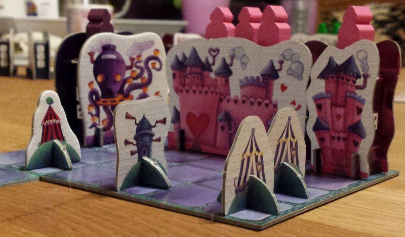 Die Aufstell-Attraktionen von Steam Park: Rosafarbene Schlösschen und lilafarbene Kraken-Karussels.