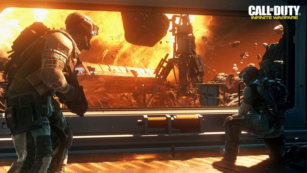 Szene aus Call of Duty: Iinfinite Warfare. Zwei Soldaten auf einer Raumstation sehen durch ein Fenster einen Asteroiden kurz vor dem Einschlag in die Station.