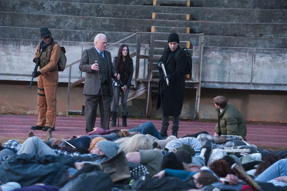 Szene aus Puls, fünf Leute stehen vor einem Haufen herumliegender Menschen.