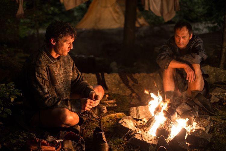 Zwei Männer am Lagerfeuer.
