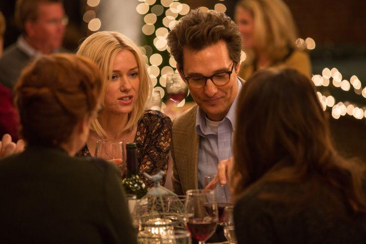 Ein Paar, Mann und Frau, an einem Tisch. Vor ihnen Weingläser, gegenüber sitzen Menschen.