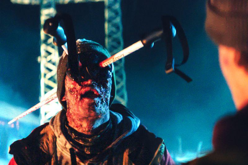 Ein Zombie mit Skistöcken im Kopf.