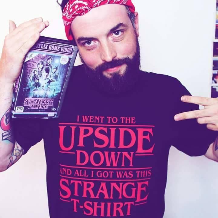 Oliver Podchul mit seinem Strange Times-T-Shirt