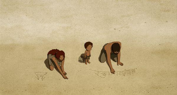 Mutter, Kind und Vater am Strand, Mutter und Vater zeichnen Figuren in den Sand.