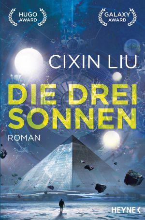 Cover von die drei Sonnen von Cixin Liu: Eine Pyramide, umgeben von schwebenden Felsbrocken. Vor ihr steht eine menschliche Gestalt, im Hintergrund sind drei Sonnen zu sehen.