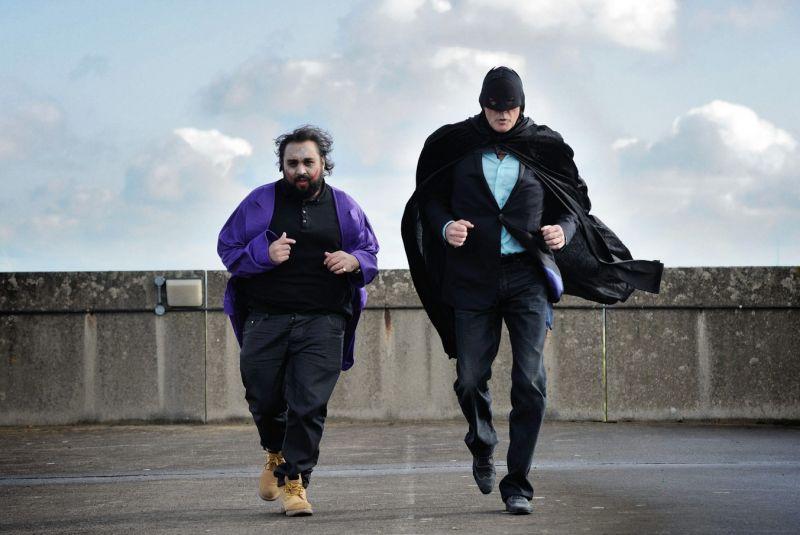 David Hasselhoff als notdürftig verkleideter Batman, der neben einem übergewichtigen Joker entlangrennt.