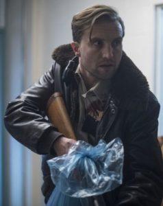 Szene aus The Void: Cop Carter lugt mit Flinte um die Ecke.