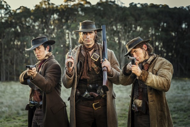 Die Protagonisten aus die Legende des Ben Hall: Drei Männer im Outback, sie tragen breitkrempige Hüte und Feuerwaffen.