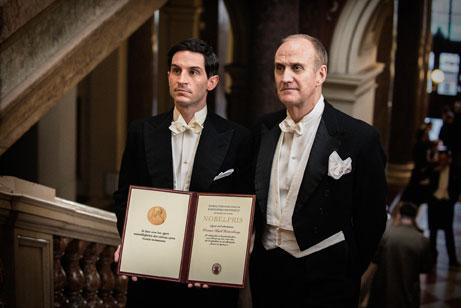 Werner Heisenberg (Christoph Bach) und Niels Bohr (Søren Pilmark) bei der Nobelpreisvergabe -Pandastorm