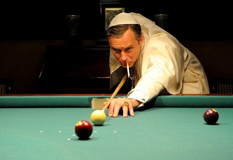 Der Papst spielt Billard und raucht dabei; Szene aus The Young Pope