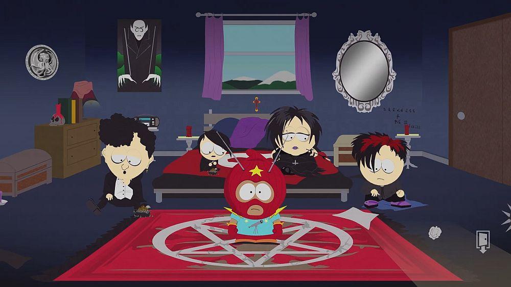 Im South Park Stil: Mehrere Goth-Kids und ein Kind im Superheldenkostüm sitzen in einem Zimmer voller Goth-Memorabilien wie einem Nosferatu-Poster, einem Schädel als Kerzenständer und einem verzierten Spiegel.