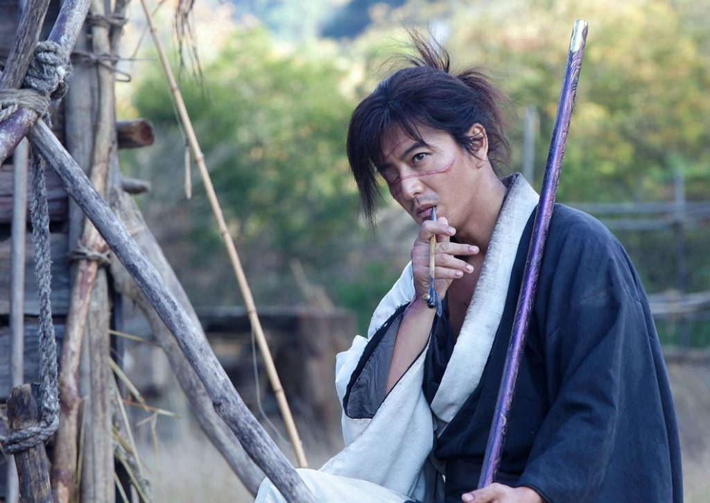 Ein Samurai raucht Pfeife.