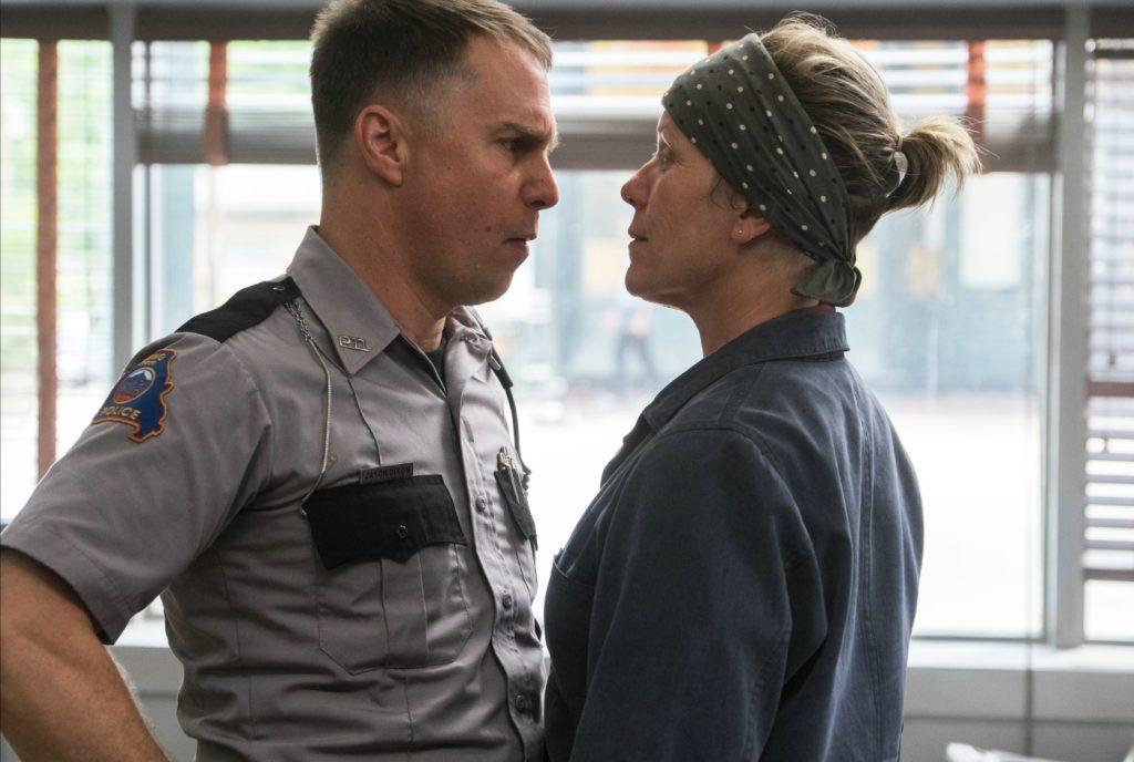 Ein US-Polizist und eine Frau mit Kopftuch stehen sich aggressiv gegenüber.