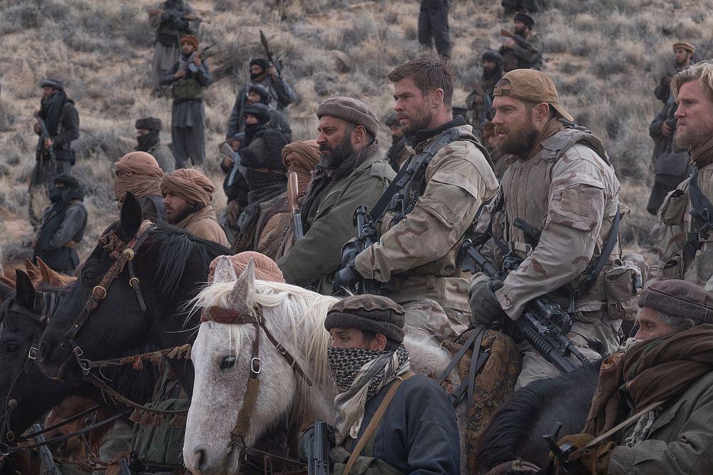 US-Soldaten und afghanische Kämpfer auf Pferden.