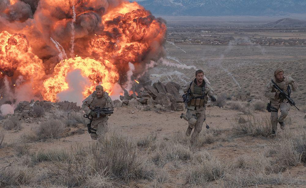 Drei US-Soldaten rennen vor einer Explosion weg.