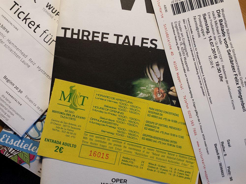 Karten und Tickets.