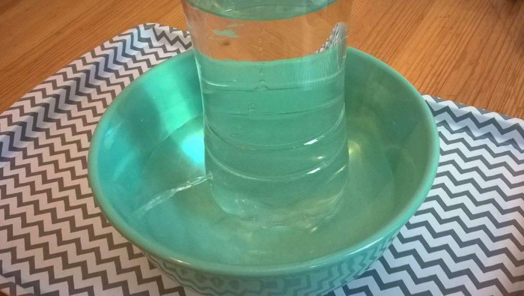 Trinkbrunnen aus PET-Flasche, funktioniert nach den Gesetzen des Unterdrucks. Foto: bk
