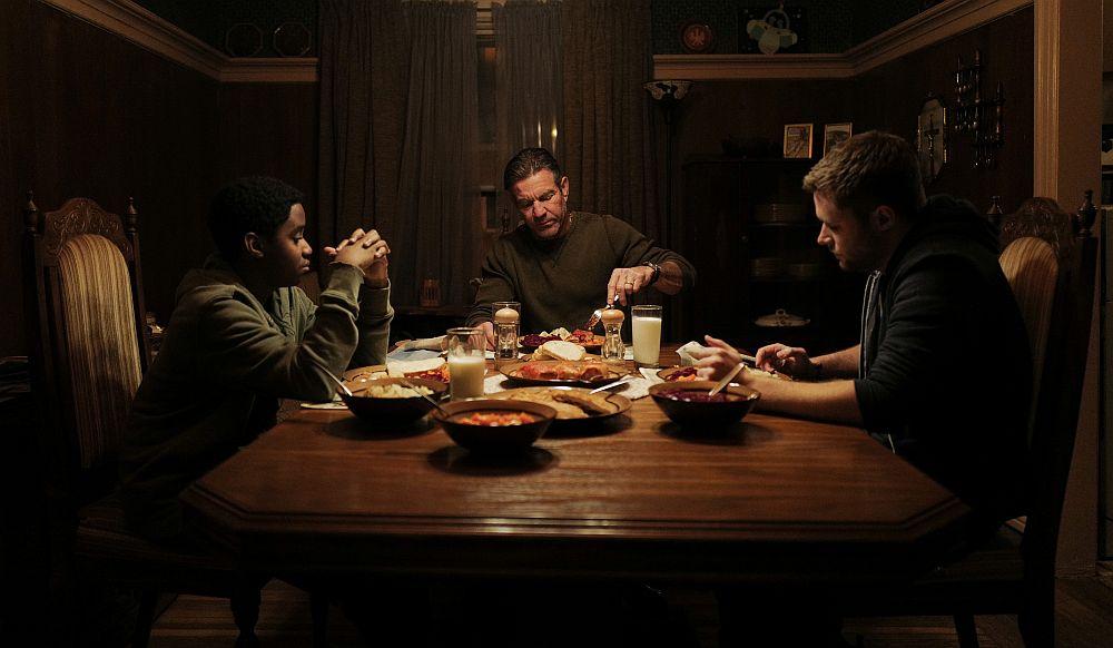 Ein Junge, ein Mann und ein Jugendlicher sitzen an einem Essenstisch
