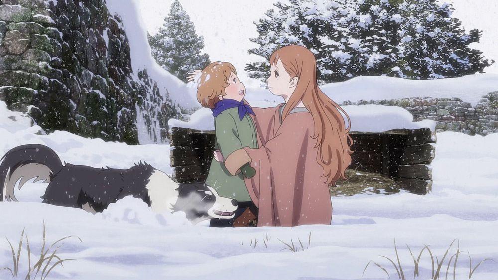 Eine junge Frau und ein kleiner Junge spielen mit einem Hund im Schnee.