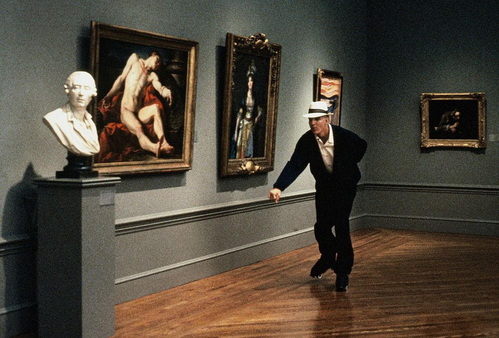 Ein Mann bewegt sich auf Rollschuhen durch ein Kunstmuseum.