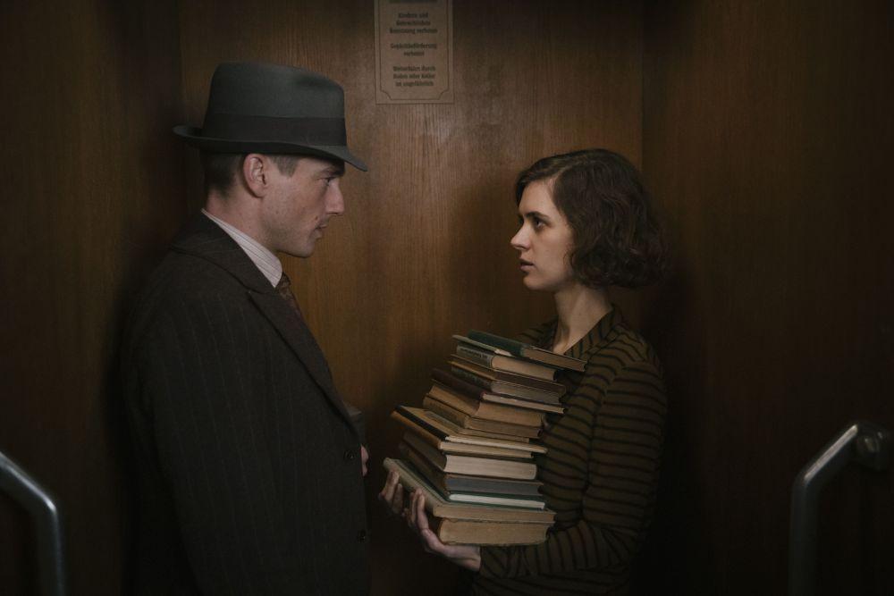 Ein Mann und eine Frau in Kleidung der 1930er-Jahre stehen sich gegenüber.