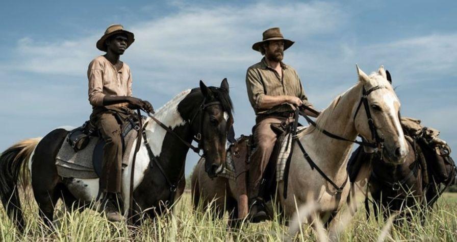 Szene aus High Ground: Zwei Männer auf Pferden. Einer weiß, der andere Aborigine.
