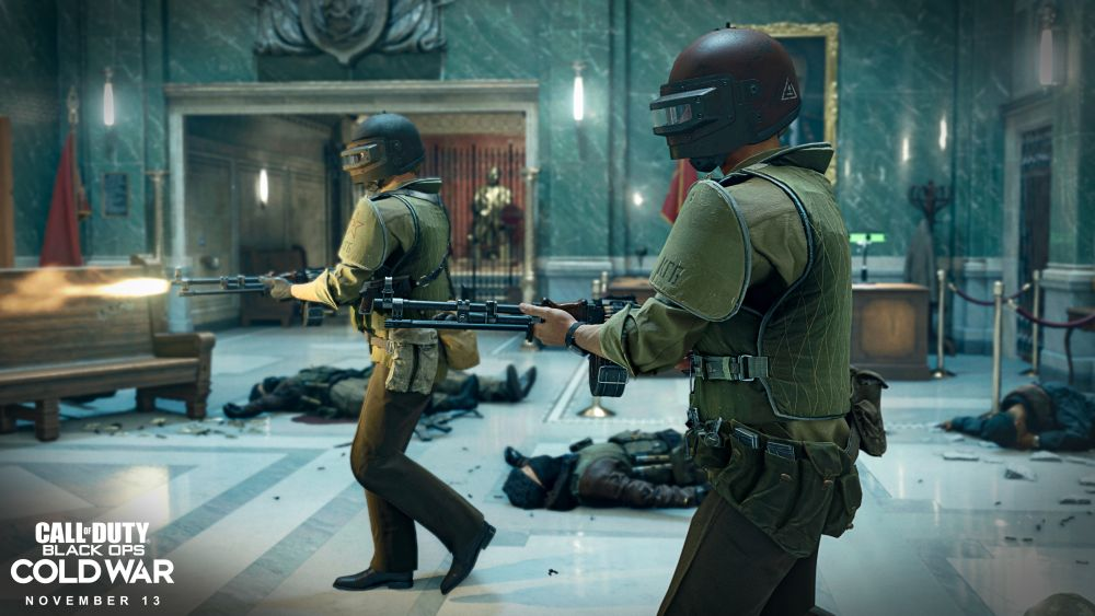 KGB-Männer in schwerer Kampfmontur gehen mit schweren Waffen durch eine sowjetsiche Halle.