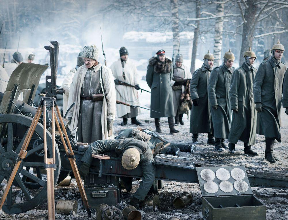 Russische Soldaten führen deutsche Kriegsgefangene ab.