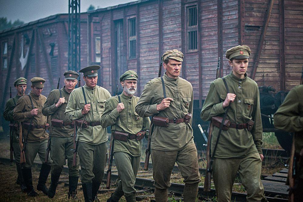 Sowjetische Soldaten marschieren in  einer Reihe.