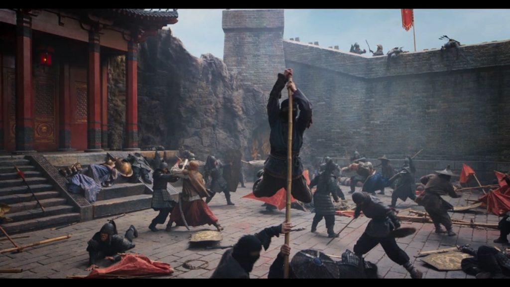 Chinesische Krieger kämpfen in einem Burghof.