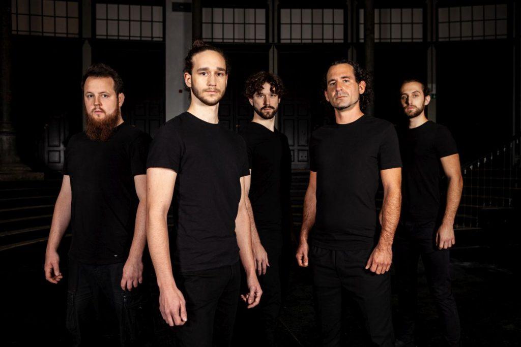 Foto der Band Croword: Fünf Männer mit schwazen Shirts schauen ernst in die Kamera.